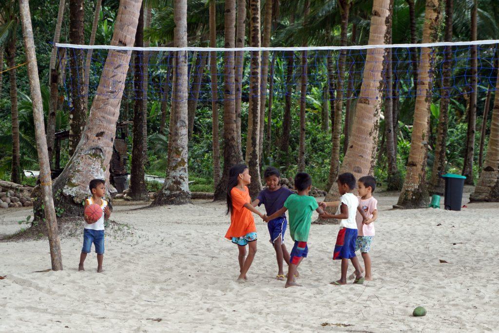 Niños jugando en la playa White Beach, junto a Port Barton