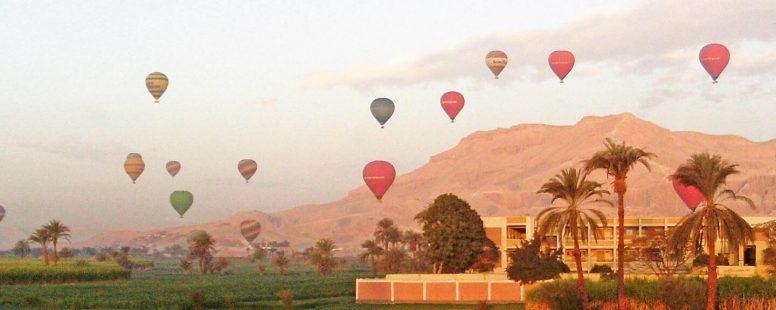 Destinos: áfrica. Amanecer en Luxor, junto al valle de los reyes en Egipto